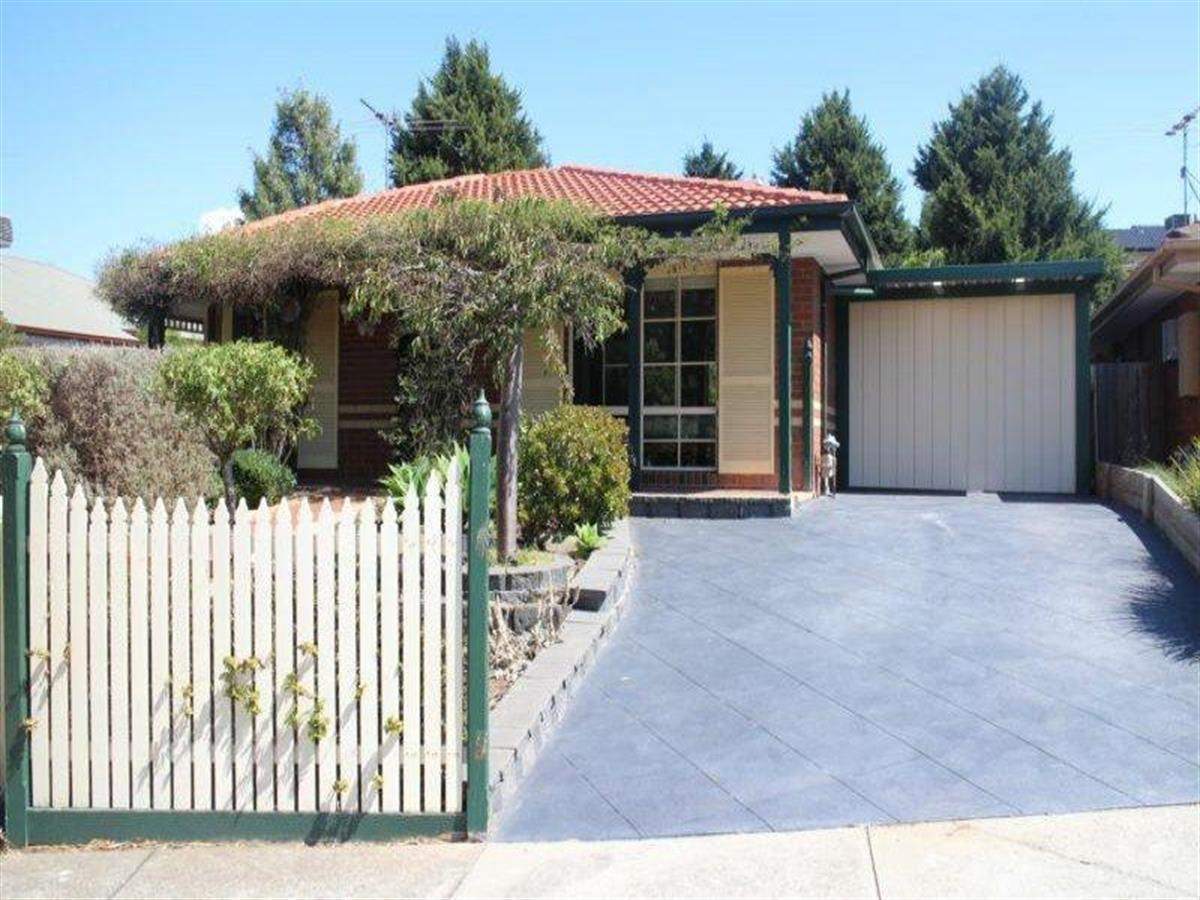 9-knight-crescent-roxburgh-park-3064-vic
